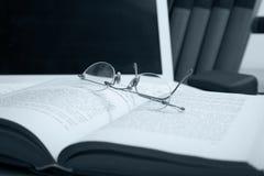 Livros, portátil e especs. Fotos de Stock