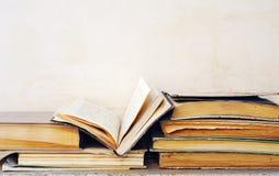 Livros rejeitados muito sujos, um livro aberto fotografia de stock