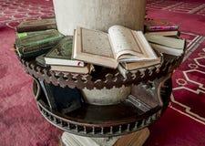 Livros religiosos na mesquita de AMR Ibn Al-Aasa em Egito no Cai Imagem de Stock