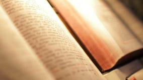 Livros sagrados na igreja filme