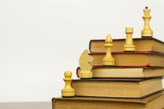 Livros velhos coloridos e partes de xadrez fotografia de stock royalty free
