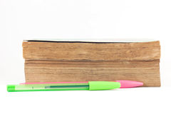 Livros velhos com algumas penas no fundo branco fotografia de stock