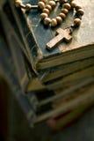Livros velhos com grânulos do rosário imagens de stock