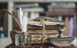 Livros velhos com o presse mais papier e o tinteiro Imagens de Stock