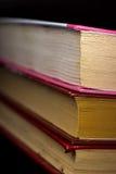 Livros velhos da coleção contra um fundo escuro Fotos de Stock Royalty Free