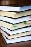 Livros velhos do close up com sinal do papel colorido Foto de Stock