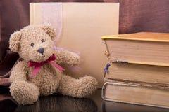 livros velhos do urso e do vintage Imagens de Stock Royalty Free