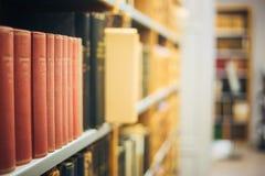 Livros velhos do vintage em Shelfs de madeira na biblioteca Fotos de Stock Royalty Free