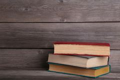 Livros velhos do vintage na tabela de madeira cinzenta imagem de stock royalty free