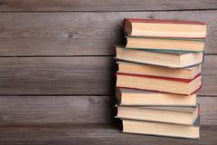 Livros velhos do vintage na tabela de madeira cinzenta imagens de stock royalty free