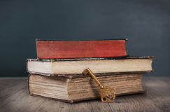 Livros velhos e chave Fotografia de Stock Royalty Free