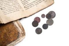 Livros velhos e moedas Imagem de Stock Royalty Free