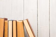 Livros velhos e usados do livro encadernado ou livros de texto Fotos de Stock