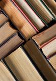 Livros velhos e usados do livro encadernado ou livros de texto vistos de cima de Imagem de Stock Royalty Free
