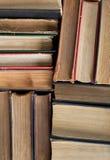 Livros velhos e usados do livro encadernado ou livros de texto vistos de cima de Fotos de Stock Royalty Free