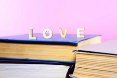 Livros velhos e usados do livro encadernado ou livros de texto vistos de cima de Fotos de Stock