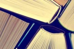 Livros velhos e usados do livro encadernado ou livros de texto vistos de cima de Imagens de Stock Royalty Free