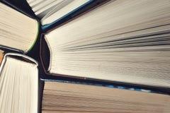 Livros velhos e usados do livro encadernado ou livros de texto vistos de cima de Fotografia de Stock Royalty Free