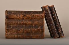 Livros velhos em emperramentos gastos fotografia de stock royalty free