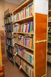 Livros velhos em estantes na biblioteca imagens de stock