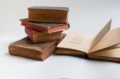 Livros velhos em um fundo branco. Fotos de Stock Royalty Free
