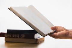 Livros velhos em um fundo branco Hora de aprender Conhecimento do livro Estudantes e exames maio e bacharelado Descanso com um bo fotografia de stock royalty free