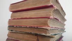 Livros velhos em uma fileira video estoque