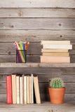 Livros velhos em uma prateleira de madeira Foto de Stock