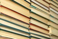 Livros velhos em uma tabela de madeira biblioteca foto de stock royalty free