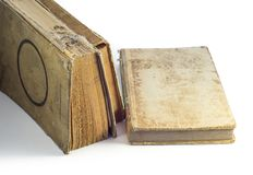 Livros velhos empoeirados com emperramentos quebrados fotos de stock royalty free
