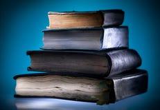 Livros velhos, fundo claro azul fotografia de stock