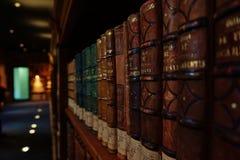 Livros velhos na biblioteca Fotografia de Stock Royalty Free