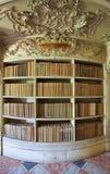Livros velhos na biblioteca do palácio de Mafra fotografia de stock