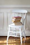 Livros velhos na cadeira imagens de stock royalty free