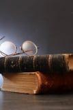 Livros velhos na obscuridade Fotos de Stock Royalty Free