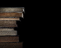 Livros velhos na pilha em um fundo preto Fotografia de Stock Royalty Free