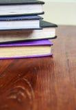 Livros velhos na tabela de madeira Foto de Stock