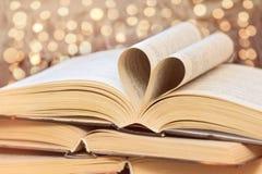 Livros velhos na tabela de madeira Amor ao conceito de leitura fotos de stock royalty free