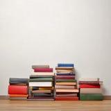 Livros velhos no assoalho de madeira Fotografia de Stock Royalty Free