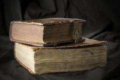 Livros velhos no fundo preto A Bíblia cristã antiga antique Fotografia de Stock Royalty Free
