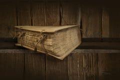 Livros velhos Trajeto de grampeamento imagens de stock