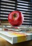 Livros vermelhos da maçã e do cozinheiro Fotos de Stock