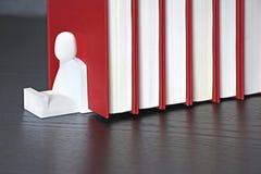 Livros vermelhos em uma prateleira Fotos de Stock