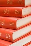 Livros vermelhos empilhados (vista próxima) fotos de stock royalty free