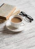 Livros, vidros e copo de café Fotografia de Stock