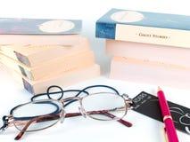 Livros, vidros e pena Fotografia de Stock Royalty Free