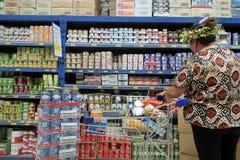 Livsmedel för köpande för kockIslander kvinna arkivbilder