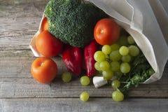 Livsmedel i ecopåse Eco naturlig påse med frukter och grönsaker Nollshopping för förlorad mat plast- frigör objekt återanvända, f royaltyfria foton