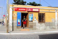 Livsmedelsbutik för liten supermarket för folk, Kap Verde, Afrika royaltyfria foton