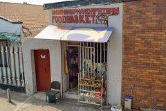 Livsmedelsbutik i en bostads- grannskap i sydliga Johannesburg arkivbild